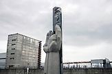 In Tschernobyl ereignete sich die größte technologische Katastrophe des 20. Jahrhunderts. Ausgerechnet dort findet man heute noch die größten Anhänger der Atomkraft. / The Chernobyl catastrophe was the biggest technological catastrophe of the 20th century. It seems strange that just there you can find the biggest supporters of nuclear energy.
