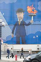 Olympiastadt Vancouver 2010..Werbefassade der Royal Bank of Canada mit einem überdimensionalem Fackelläufer im Anzug.