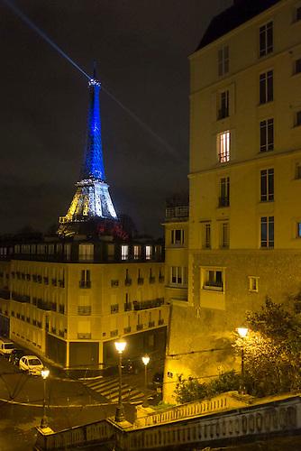 Paris, Nov 2015. La tour Eiffel avec l'eclairage tricolore suite aux attentats du 13 novembre