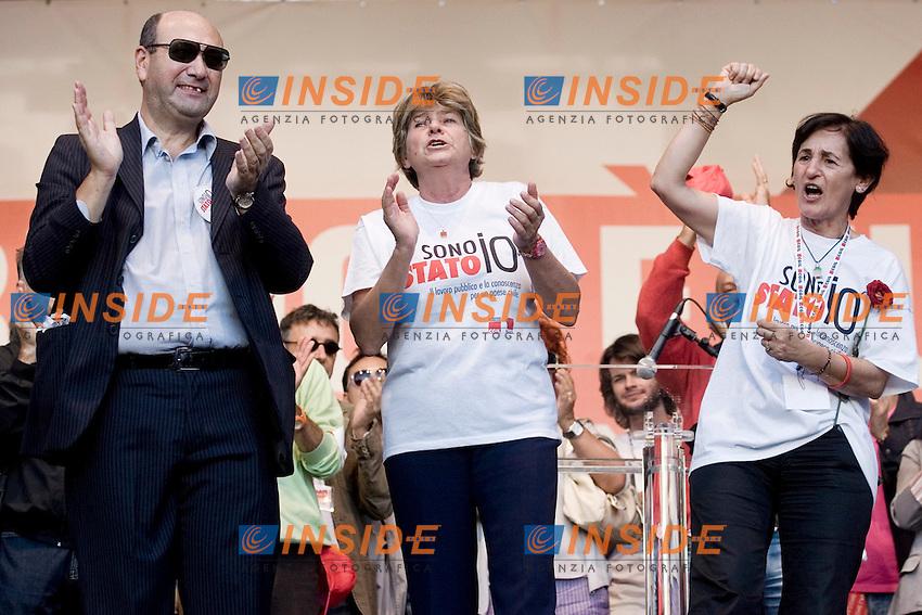 CGIL FUNZIONE PUBBLICA MANIFESTAZIONE NAZIONALE DEI LAVORATORI PUBBLICI E DELLA SCUOLA ..NELLA FOTO DOMENICO PANTALEO   SUSANNA CAMUSSO  E ROSSANA DETTORI SUL PALCO DI PIAZZA DEL POPOLO..ROMA 8 OTTOBRE 2011..PHOTO  SERENA CREMASCHI INSIDEFOTO..............................
