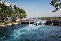 Makedonien. Floden Drins udsrpring fra Ohridsøen i byen Struga. Foto: Jens Panduro