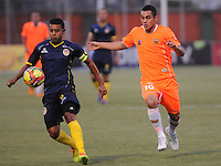 ENVIGADO -COLOMBIA-05-02-2014. Johnatan Alvarez (Der) de Envigado FC disputa el balón con Daniel Machacon (Izq) de Uniautónoma durante partido por la fecha 3 de la Liga Postobón I 2014 realizado en el Polideportivo Sur de la ciudad de Envigado./ Johnatan Alvarez (R) of Envigado FC fights for the ball with Daniel Machacon (L) of Uniautonoma during match for the 3rd date of the Postobon League I 2014 at Polideportivo Sur in Envigado city.  Photo: VizzorImage/Luis Ríos/STR