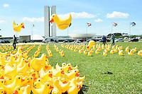 BRASÍLIA, DF, 29.03.2016 – PROTESTO-DF – A FIESP (Federação das Indústrias do Estado de São Paulo) colocou na manhã desta terça-feira, 29, em frente ao Congresso Nacional em Brasília, 5 mil patos infláveis, em protesto contra o Governo da presidente Dilma Rousseff. A campanha Não Vou Pagar o Pato pede o Impeachment da presidente Dilma. (Foto: Ricardo Botelho/Brazil Photo Press)