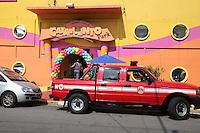 FOTO EMBARGADA PARA VEICULOS INTERNACIONAIS. SAO PAULO, SP, 27/10/2012, DEFEITO BRINQUEDO BUFFET. Várias crianças ficaram presas a 6 metros de altura após o brinquedo em que estavam apresentar defeito. Funcionarios do Buffet acionaram os Bombeiros para resgatar as vitimas, o incidente aconteceu na Rua Agostinho Gomes  nº  3.033, segundo informações ninguem ficou ferido. Luiz Guarnieri/ Brazil photo Press.