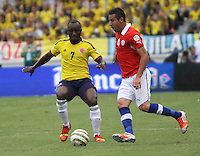 BARRANQUILLA -COLOMBIA- 11 -10-2013. Pablo Armero (Izq) de Colombia disputa el balon  contra  Mauricio Isla  (Der) de  Chile ,partido correspondiente para las eliminatorias al mundial de Brasil 2014 disputado en el estadio Metropolitano de Barranquilla   / Colombia Pablo Armero  (L) dispute the ball against Mauricio Isla  (R)  Chile for the qualifying game for the World Cup Brazil 2014 match at the Metropolitano stadium in Barranquilla  .Photo: VizzorImage / Felipe Caicedo /  Felipe Caicedo / Staff