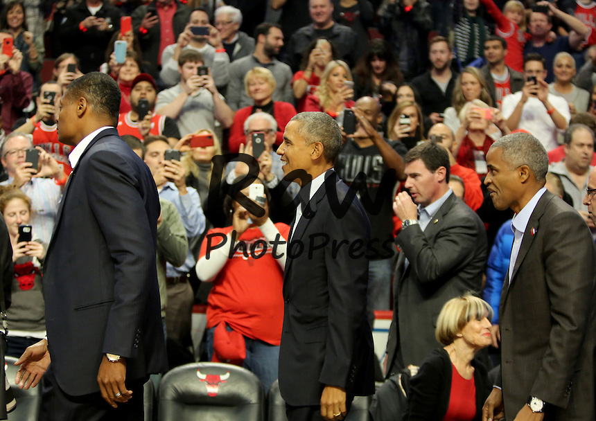 Barack Obama ha asistido al partido entre los Chicago Bulls y los Cleveland Cavaliers en Chicago.<br /> <br /> Oct. 27, 2015 - Chicago, IL, USA - President Obama attends as the Chicago Bulls plays host to the Cleveland Cavaliers at the United Center in Chicago on Tuesday, Oct. 27, 2015.