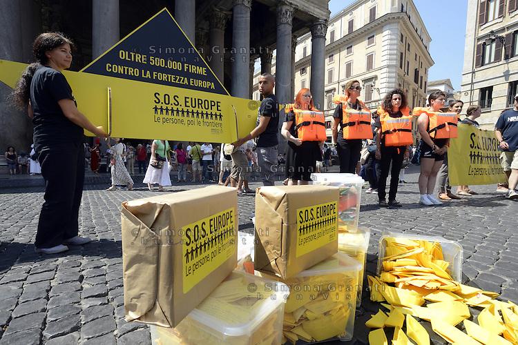 Roma, 23 Luglio 2015<br /> Flash mob sull'immigrazione &laquo;Sos Europa&raquo; di Amnesty International Italia, in occasione della consegna delle 50.000 firme e delle oltre 1700 barchette di carta raccolte in Italia e dirette al presidente del Consiglio.<br /> Prima le persone poi le frontiere