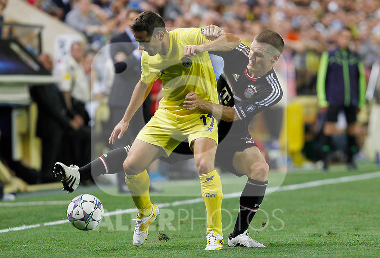 Villareal CF's Javier Camunas (l) and FC Bayern Munchen's Bastian Schweinsteiger during UEFA Champions League match.September 14,2011.(ALTERPHOTOS/Acero)