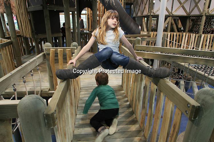 Foto: VidiPhoto..ARNHEM  - In Burger's Zoo kon het publiek zaterdag voor het eerst gebruik maken van de vierde grote overdekte attractie van het Arnhemse dierenpark. Kids Jungle bestaat uit paalwoningen die zijn vormgegeven als een Zuid-Amerikaans jungledorp en onderling zijn verbonden met touwbruggen, glijbanen en klimnetten. De eerste dag was het mede dankzij het koude weer, al een enorm succes. Met de ingebruikneming van de speeljungle is Burgers' Zoo in Nederland de dierentuin met de meeste overdekte attracties..