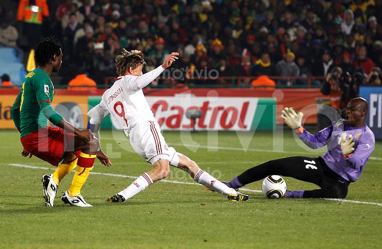 FUSSBALL WM 2010   VORRUNDE    Gruppe E    19.06.2010 Kamerun - Daenemark Torwart Hamidou SOULEYMANOU (re) rettet vor Jon Dahl TOMASSON (MItte, Daenemark)