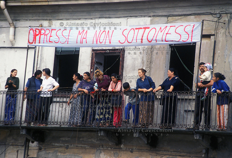 4 Lug 2002 Milano: via Adda 14, casa occupata da immigrati Rom Romeni. Tentativo di sgombero.