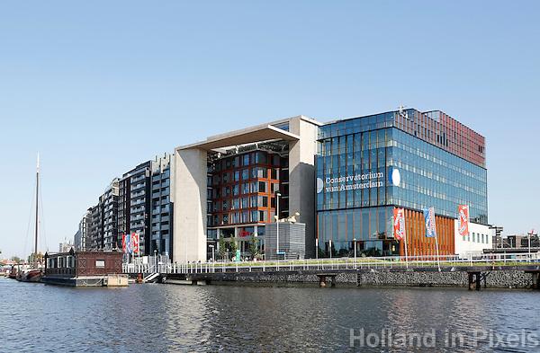Nederland Amsterdam. Het Oosterdok. Helemaal rechts het Conservatorium, daarnaast de Openbare Bibliotheek.  Foto Berlinda van Dam / Hollandse Hoogte