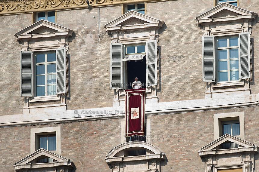 Papa Benedetto XVI durante l'Angelus in Piazza San Pietro.