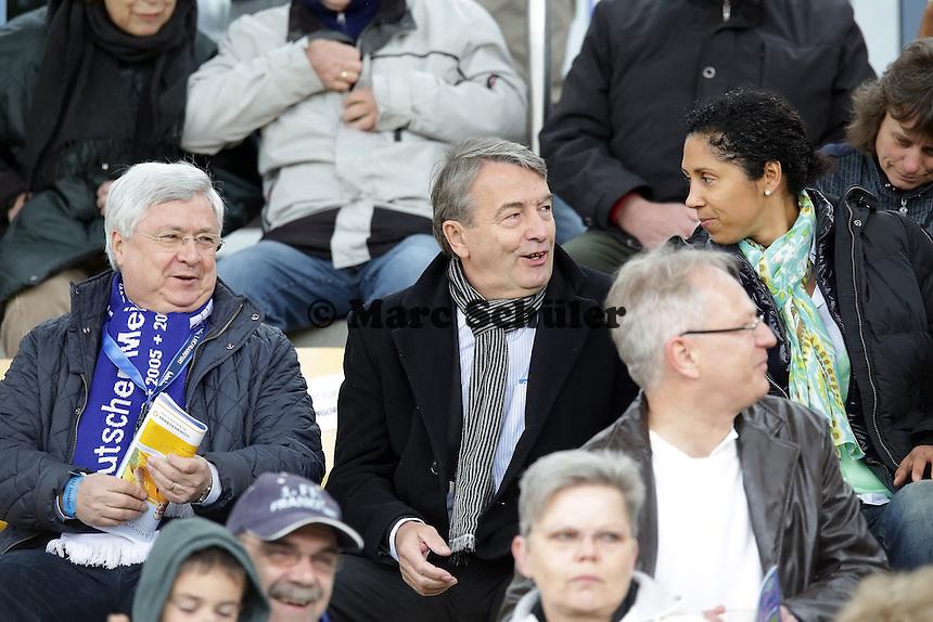 DFB-Praesident Wolfgang Niersbach mit Klaus-Peter Müller (Commerzbank) und Steffi Jones