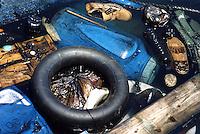MEDITERRANEO 2004<br /> RESTI DEL NAUFRAGIO DI UNA BARCA DI IMMIGRATI PROVENIENTI DALLE COSTE LIBICHE.<br /> FOTO LIVIO SENIGALLIESI