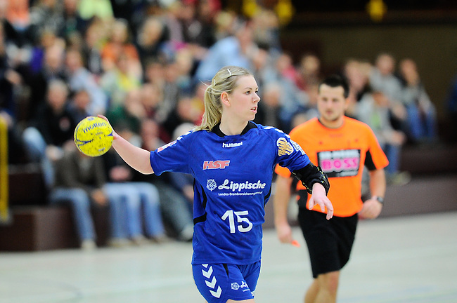 BENSHEIM, DEUTSCHLAND - MAERZ 15: 2. Spieltag in der Abstiegsrunde der Handball Bundesliga Frauen (HBF) in der Saison 2013/2014 zwischen dem Tabellenletzten HSG Bensheim/Auerbach (rot) und dem Tabellenersten der Abstiegsrunde, der HSG Blomberg-Lippe (blau) am 15. Maerz 2014 in der Weststadthalle Bensheim, Deutschland. Endstand 29:32. (16:15)<br /> (Photo by Dirk Markgraf/www.265-images.com) *** Local caption *** Kim Berndt (#15) von der HSG Blomberg-Lippe
