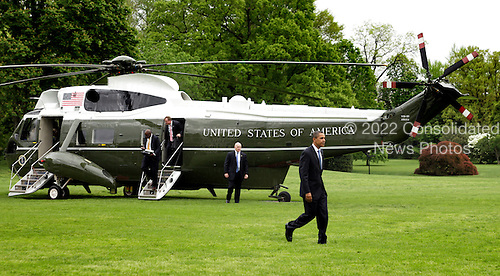 US President Barack Obama arrives on The South Lawn of The White House in Washington, DC, Wednesday, April 29, 2009 after speaking at a town hall meeting in St. Louis, MO. Obama will speak this evening at a news conference marking his first one hundred days in office. Photo by Chris Kleponis/ Consolidated News Service.Washington, DC - April 29, 2009 -- United States President Barack Obama arrives on The South Lawn of The White House in Washington, DC, Wednesday, April 29, 2009 after speaking at a town hall meeting in St. Louis, Missouri. Obama will speak this evening at a news conference marking his first one hundred days in office..Credit: Chris Kleponis - CNP