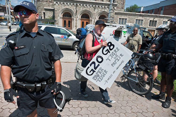 © Hughes Léglise-Bataille/Wostok Press.Canada, Toronto.25.06.2010.Plusieurs milliers de personnes ont manifeste dans les rues de Toronto le 25/06/2010 contre les sommets du G8 et du G20...Thousands of people demonstrated in the streets of Toronto on June 25, 2010 against the G8 and G20 summits.