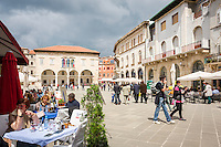 Croatia, Istria, Pula: restaurants and the municipal palace at Forum square | Kroatien, Istrien, Pula: Restaurants und der Kommunal-Palast auf dem Forum-Platz