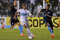 SANTOS, SP, 14.08.2014 - COPA DO BRASIL - SANTOS x LONDRINA - Jogador Robinho (c) durante partida Santos x Londrina, jogo valido pela terceira fase da Copa do Brasil, disputada no estádio da Vila Belmiro em Santos. (Foto: Levi Bianco / Brazil Photo Press)
