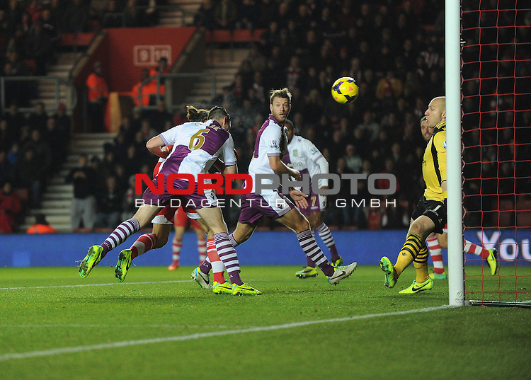 Southampton's Pablo Daniel Osvaldo heads the ball into the net to make it 2-2 -  04/12/2013 - SPORT - Football - Southampton - St Mary's Stadium - Southampton v Aston Villa - Barclays Premier League<br /> Foto nph / Meredith<br /> <br /> ***** OUT OF UK *****