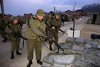 Canadian army soldiers clear their weapon at the base entry,during the United Nation<br /> 1999 peace mission in Bosnia<br /> Les soldats de l'armée Canadienne durant la mission de paix de l'ONU en 1999 en Bosnie<br /> <br /> photo : (c)  Images Distribution