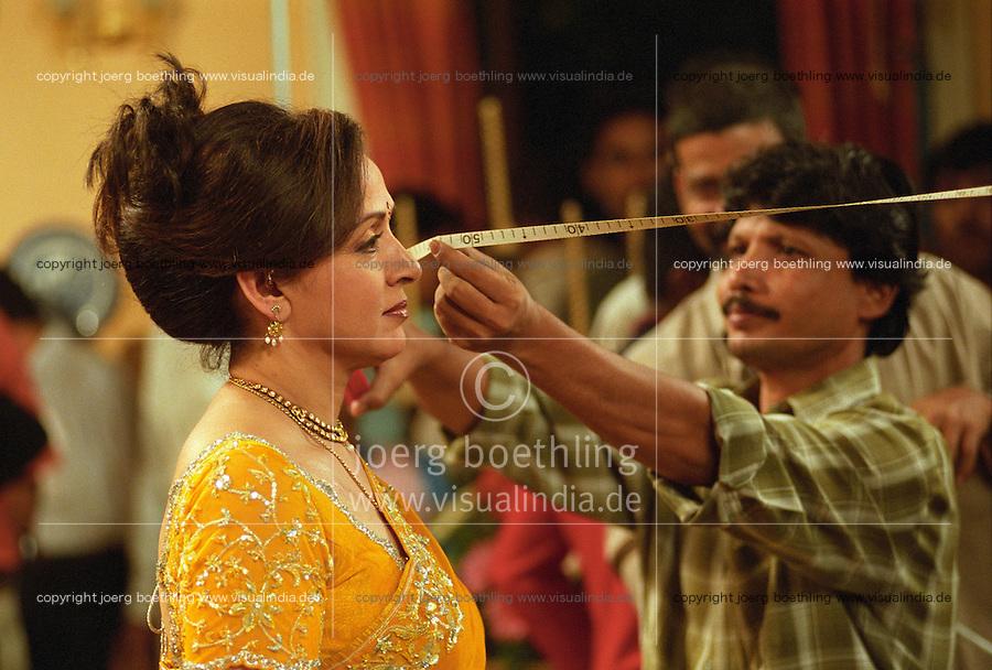 INDIEN Bombay , Bollywood Filmproduktion Baghban mit Superstar Hema Malini in einem Filmstudio in der Filmcity Goregoan / INDIA Mumbai Bombay, Bollywood, film set for Baghban in studio in filmcity Goregoan with movie star Hema Malini
