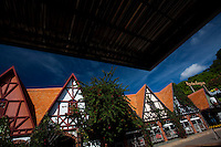 Juatuba_MG, Brasil...Chales Suicos proximo a BR 262 em Juatuba, Minas Gerais...Swiss chalets next to BR 262 in Juatuba, Minas Gerais...Foto: LEO DRUMOND / NITRO