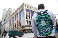 Olympiastadt Vancouver 2010...Olympiatouristen an einem Hotdog Stand vor dem Hudson Bay Kaufhaus..Das Hudson Bay Kaufhaus an der Ecke Granville Street, Georgia Street ist der offizielle Ausrüster des kanadischen Olympiateams und verkauft dort alle Kleidungsstücke des Nationalteams.
