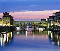 Italy, Tuscany, Florence: View of Ponte Vecchio at Dusk | Italien, Toskana, Florenz: Ponte Vecchio und Arno am Abend