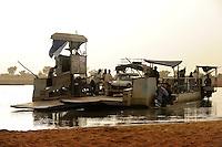 Westafrika Mali Faehre ueber den Fluss Bani bei Djenne / MALI ferry cross the Bani river near Djenne
