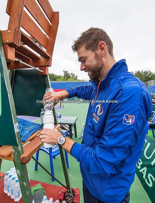 Moscow, Russia, 14 th July, 2016, Tennis,  Davis Cup Russia-Netherlands, Dutch team practise, fysio Edwin Visser prepares the drinks for the players<br /> Photo: Henk Koster/tennisimages.com