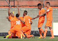 ENVIGADO -COLOMBIA-21-02-2015. Angello Rodriguez (Izq) jugador de Envigado FC celebra con sus compañeros un gol anotado a Uniautonoma durante partido por la fecha 5 de la Liga Águila I 2015 realizado en el Polideportivo Sur de la ciudad de Envigado./ Angello Rodriguez (L) player of Envigado FC celebrates with his teammates a goal scored to Uniautonoma during match for the 4th date of the Aguila League I 2015 at Polideportivo Sur in Envigado city.  Photo: VizzorImage/León Monsalve/STR