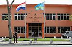 Foto: VidiPhoto..ORANJESTAD - Het parlementsgebouw van Aruba in Oranjestad. Op 1 januari 1986 werd Aruba afgescheiden van de Nederlandse Antillen en werd het een volkomen zelfstandig en autonoom land binnen het Koninkrijk der Nederlanden (status aparte): Aruba kreeg net als Nederland en de Nederlandse Antillen de hoedanigheid van volwaardig land binnen het Koninkrijk. De officiële talen zijn Nederlands en Papiaments. Op Aruba wordt een eigen spelling van het Papiaments gebruikt, die afwijkt van de spelling die Curaçao en Bonaire hanteren. Het staatshoofd is Koningin Beatrix, de gouverneur Fredis Refunjol en de minister-president Mike Eman (AVP). Bij de parlementsverkiezingen op 25 september 2009 behaalde AVP de absolute meerderheid met 12 van de 21 zetels. De MEP behaalde 8 en de PDR 1 zetel..