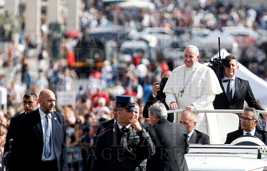 Pope Francis waves to the faithful at the end of a Mass for the canonization of the blessed Giovanni Enrico Newman, Giuseppina Vannini, Maria Teresa Chiramel Mankidiyan, Dulce Lopes Pontes and Margarita Bays, in St. Peter's Square at the Vatican, October 19, 2019. UPDATE IMAGES PRESS/Riccardo De Luca <br /> <br /> STRICTLY ONLY FOR EDITORIAL USE