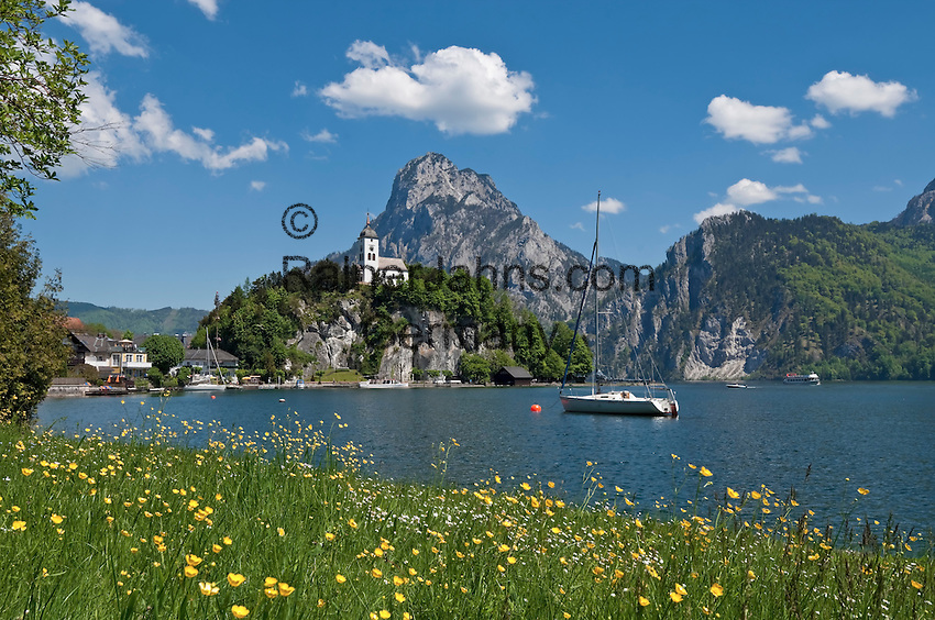 Austria, Upper Austria, Salzkammergut, Traunkirchen at Lake Traun: with Johannesberg chapel and Traunstein mountain (1.691 m)