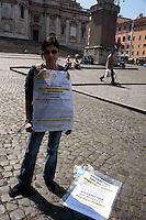 Roma 17 Maggio 2010.Sit-in di protesta davanti all'Ambasciata Argentina dei risparmiatori italiani che avevano investito i loro risparmi nei  Tango Bond argentini contro la nuova offerta proposta dal governo argentino e autorizzata dalla Consob.Una risparmiatrice si è incatenata davanti all' Ambasciata Argentina e inizia lo sciopero della fame..Rome May 17, 2010.Sit-in protest in front of Argentina Embassy of Italian investors who had invested their savings in Argentine Tango Bond against the new bid proposal by the Argentine Government and approved by Consob. A woman is chained, in front of the 'Embassy of Argentina, and began a hunger strike.