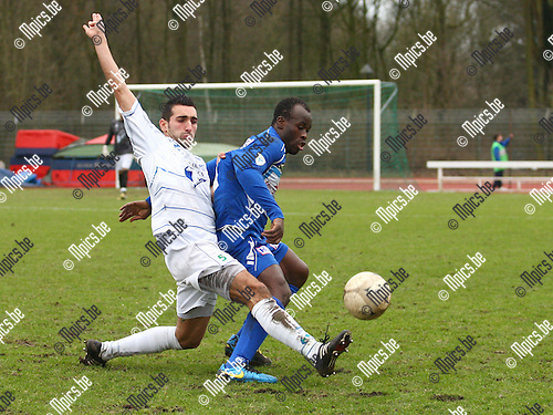 2011-02-13 / voetbal /  KV Turnhout - KVK Tienen / Ousmane Traore ( Turnhout)  in duel met Gaetan Audoor.