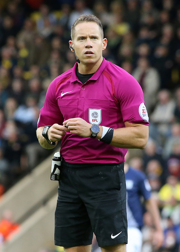 Referee Steve Martin in action during todays match  <br /> <br /> Photographer David Shipman/CameraSport<br /> <br /> The EFL Sky Bet Championship - Norwich City v Preston North End - Saturday 22nd October 2016 - Carrow Road - Norwich<br /> <br /> World Copyright &copy; 2016 CameraSport. All rights reserved. 43 Linden Ave. Countesthorpe. Leicester. England. LE8 5PG - Tel: +44 (0) 116 277 4147 - admin@camerasport.com - www.camerasport.com