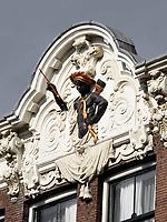 Nederland Amsterdam 2018. Gevel van een huis aan het Rokin. De man die in 1610 dit huis liet bouwen was de koopman Barthelomeus Moor. Moor was een van de vele immigranten uit de Zuidelijke Nederlanden. Maar hoe hij aan die naam kwam en of hij iets met slavenhandel te maken had, is niet bekend. Voorstellingen van Moren en Morianen kwamen ook veel voor bij tabakshandelaren. Foto Berlinda van Dam / Hollandse Hoogte