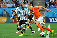 SAO PAULO - BRASIL -09-07-2014. Pablo Zabaleta (#4) jugador de Argentina (ARG) disputa un balón con Arjen Robben (#11) jugador de Holanda (NED) durante partido de las semifinales por la Copa Mundial de la FIFA Brasil 2014 jugado en el estadio Arena de Sao Paulo./ Pablo Zabaleta (#4) player of Argentina (ARG) fights the ball with Arjen Robben (#11) player of Netherlands (NED) during the match of the Semifinal for the 2014 FIFA World Cup Brazil played at Arena de Sao Paulo stadium. Photo: VizzorImage / Alfredo Gutiérrez / Contribuidor