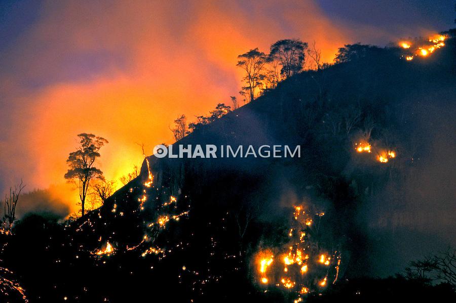 Queimada em morro do Rio de Janeiro. 2002. Foto de Ricardo Azoury.