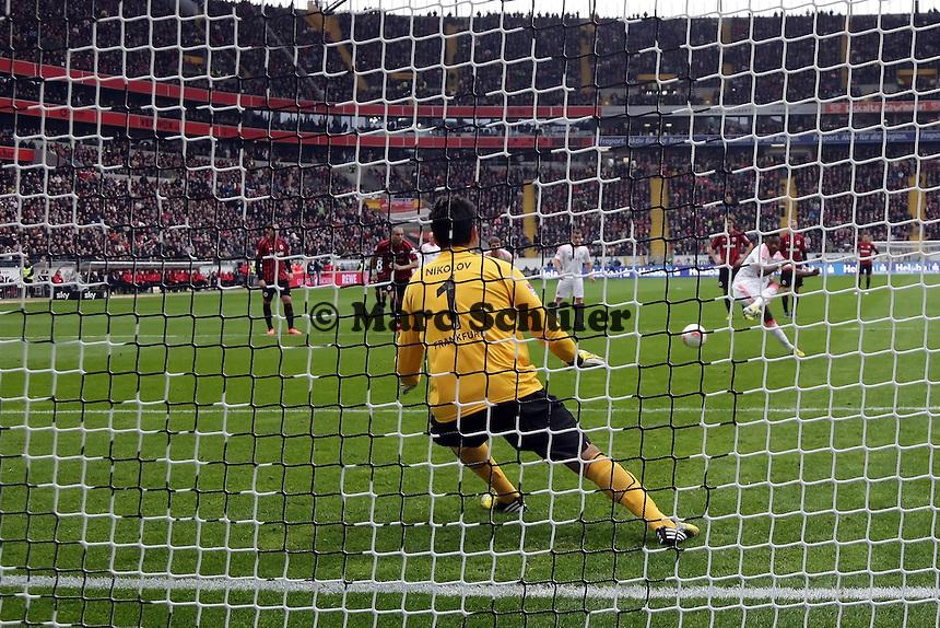 Oka Nikolov (Eintracht) haelt den Elfmeter von David Alaba (Bayern)
