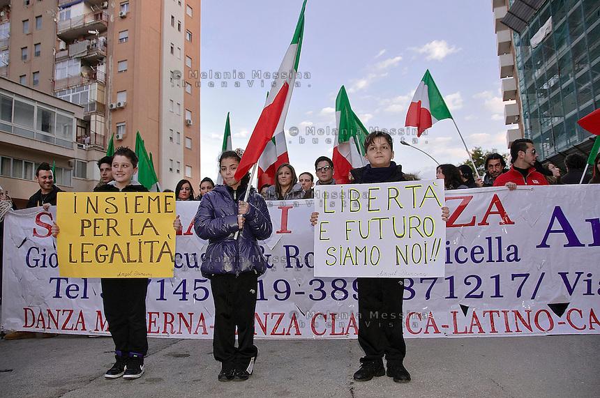 Palermo: Gianfranco Fini in via D'Amelio accolto dai giovani militanti di FLI