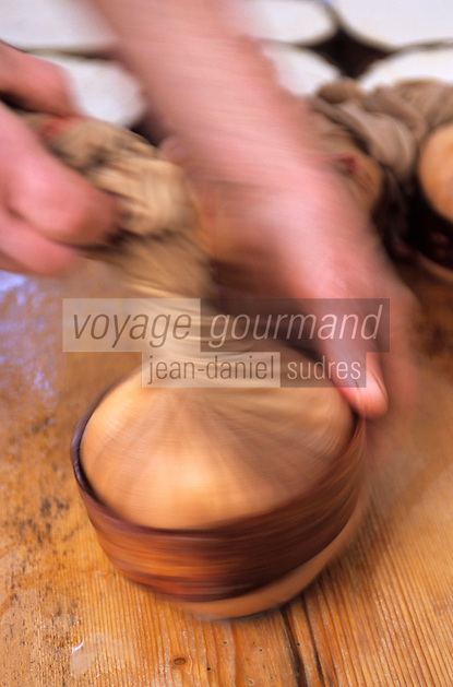 """Europe/France/Rhône-Alpes/74/Haute-Savoie/Env d'Abondance: Préparation du vacherin d'Abondance chez Madame Célina Gagneux (agricultrice) - """"Les Crèts Richebourg"""""""