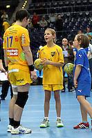Die Leipzigerinnen gewannen auch das zweite Spiel der Gruppenphase in der Champions League. Im Bild: Anne Mueller nach dem Spiel im Gespraech mit Nachwuchsspielerinnen. Foto: Ines Christ