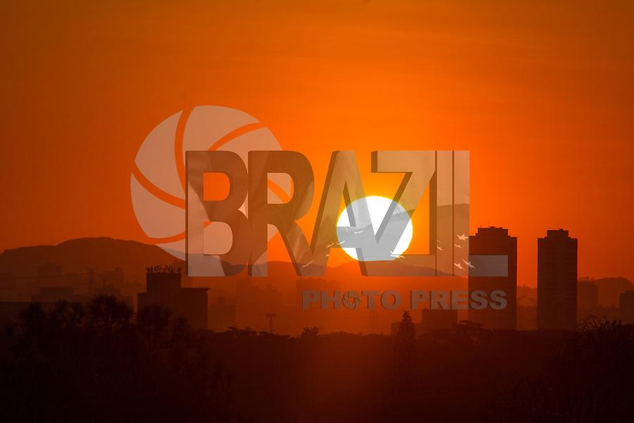 SÃO PAULO, SP, 10.06.2015 - CLIMA-SP - Entardecer visto da praça do Pôr do Sol, como é conhecida a Praça Coronel Custódio Fernandes Pinheiros no bairro de Pinheiros, zona Oeste de São Paulo na tarde desta quarta-feira, 10. (Foto: Renato Mendes/Brazil Photo Press)