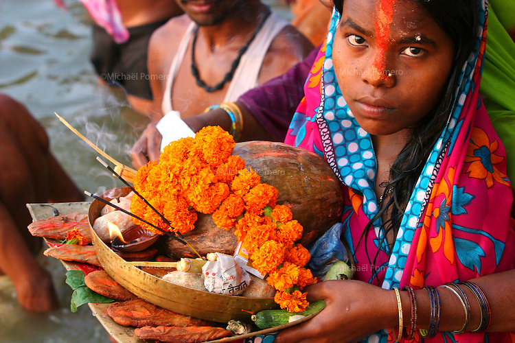 29.10.2006 Varanasi(Uttar Pradesh)<br /> <br /> Woman holding offerings (after fasting) in the Ganga river during a puja.<br /> <br /> Femme portant des offrandes (apres un jêune) dans le Gange pendant une puja.