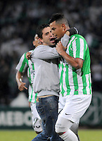MEDELLÍN -COLOMBIA-08-05-2014. Un hincha ingresa al terreno de juego y abraza a Edwin Cardona (Der) jugador de Atlético Nacional de Colombia durante el partido de ida con Defensor Sporting de Uruguay  por los cuartos de final de la Copa Bridgestone Libertadores 2014 jugado en el estadio Atanasio Girardot de Medellín, Colombia./ A fan go inside the field and huges to Edwin Cardona (R) player of Atletico Nacional of Colombia during first leg match against Defensor Sporting of Uruguay  for the quaterfinals of the Copa Libertadores championship 2014 played at Atanasio Girardot stadium in Medellin, Colombia. Photo: VizzorImage/ Luis Ríos /STR