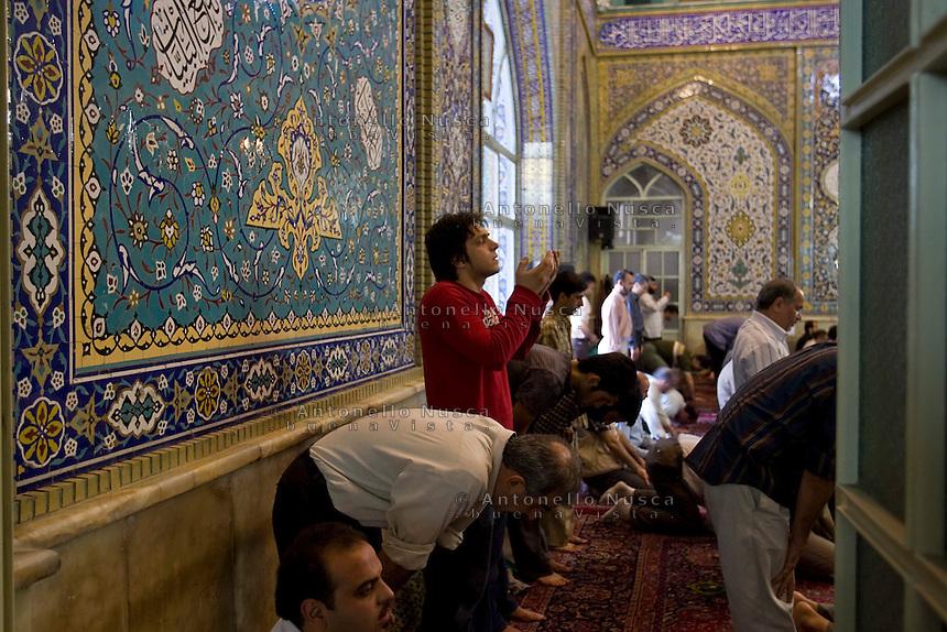 La preghiera del Venerdì in una moschea di Teheran. Prayer in the Mosque in Tehran.